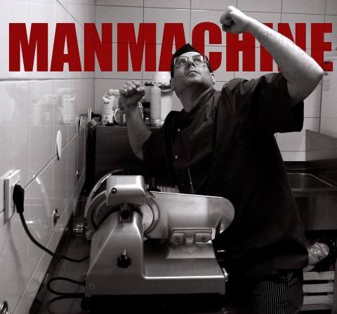 Man Machine u Pločniku